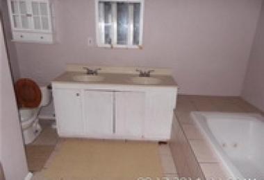 """שירותי בניה ושדרוג של דירות בארה""""ב: תמונת לפני של חדר אמבטיה ב - Oklahoma City - פסיפיק הולדינגז"""